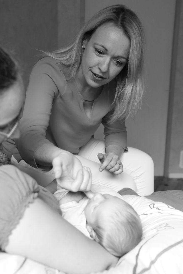 Delphine Meuric fait un test de succion sur un nourrisson